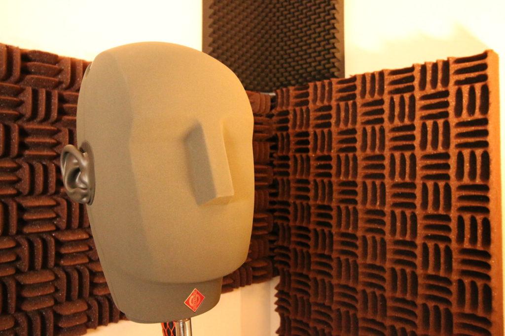 バイノーラルレコーディングに使用するダミーヘッドマイクKU100