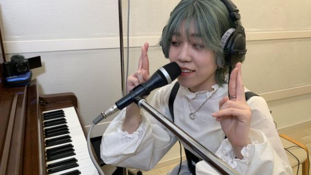 """ジャズスタンダードナンバー""""Fly Me To The Moon""""をピアノ弾き語りで演奏する武藤さん"""