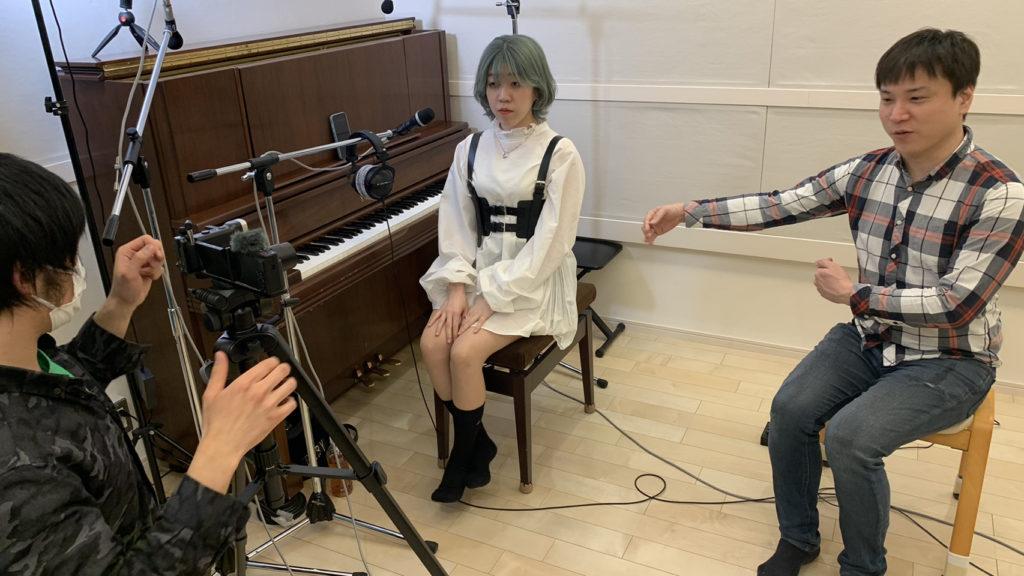 """綱島レコーディングスタジオでボーカルマイク""""D5""""解説動画を撮影する様子"""