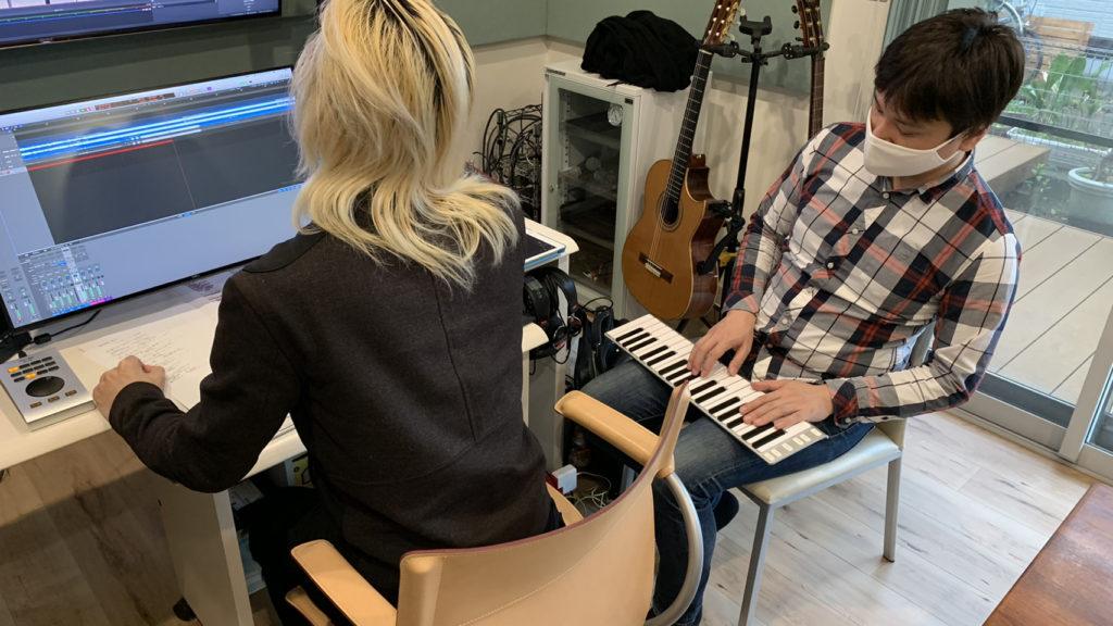 ボーカルのコーラスの音程を拾いつつ歌の収録を進めるレコーディング風景