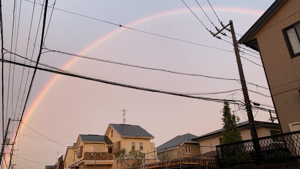 ボーカル収録中の皆様に代わって買い出しに向かう途中、レコスタ前の道路から虹が見えました