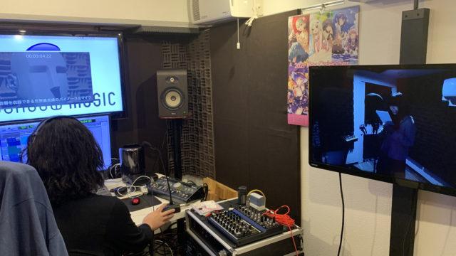 御茶ノ水ボイススタジオにてダミーヘッドマイクKU100でナレーション収録中の金村さん