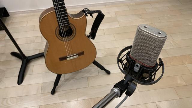 アコースティックギターとマイク