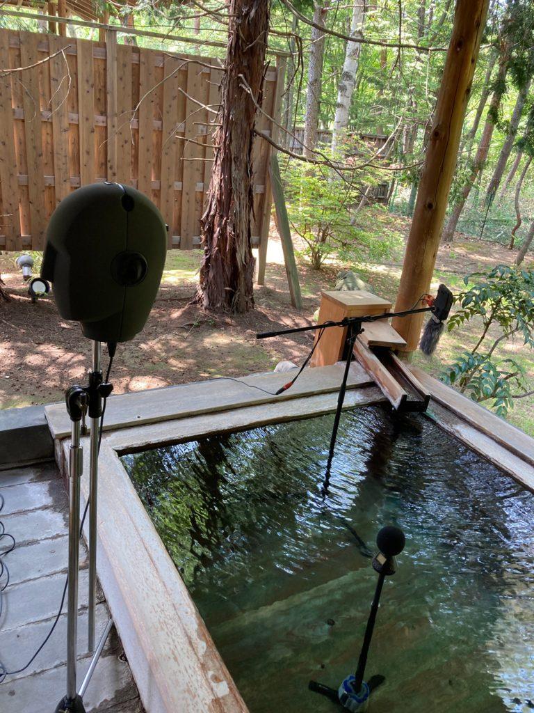 温泉の環境音をフィールドレコーディングするバイノーラルマイクNEUMANN KU100