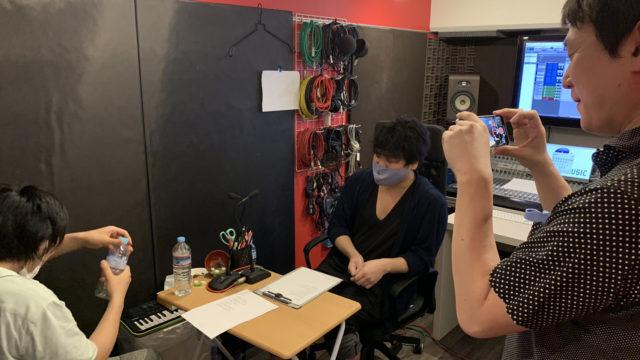 スタジオ収録前のコントロールルーム打ち合わせの様子